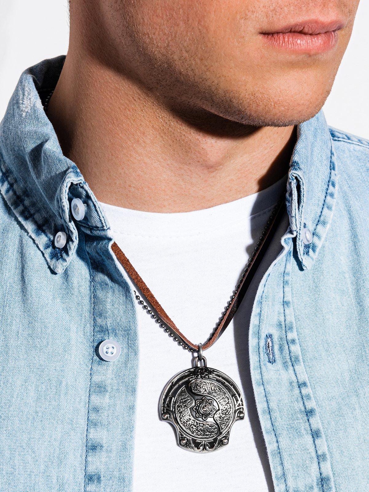 Levně Pánský náhrdelník na řemínku A361